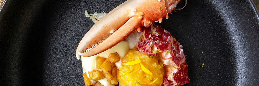 Homard breton, espuma de pommes de terre et compote de prunes