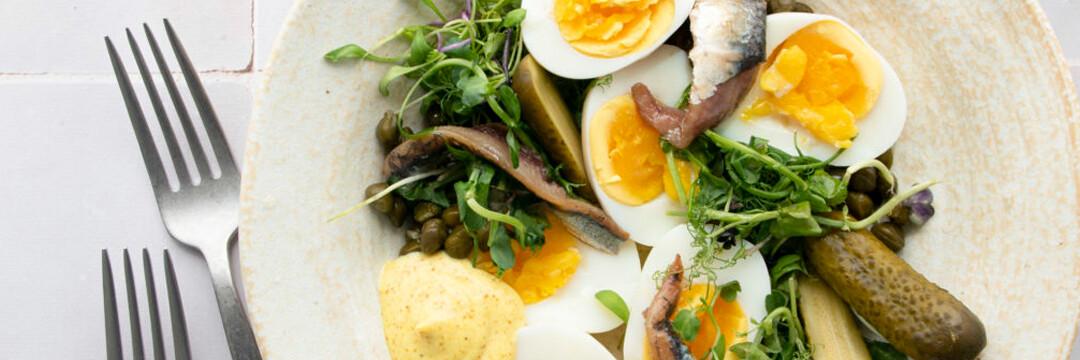 Simple comme des œufs pas trop durs, anchois et mayonnaise au curcuma
