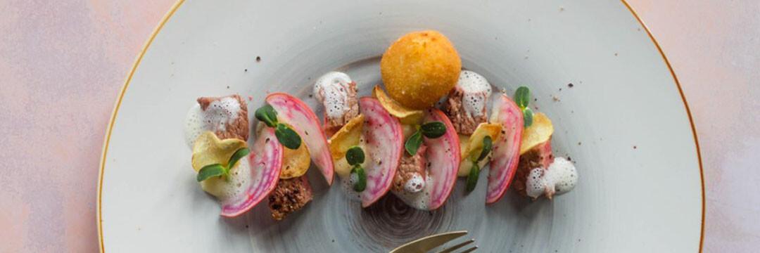 Rund, truffelmousse en -kroketten, aardappelchips en biet