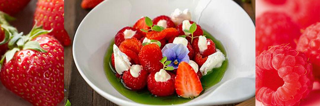 Un dessert gastronomique aux framboises, fraises, poivrons et son sirop de basilic