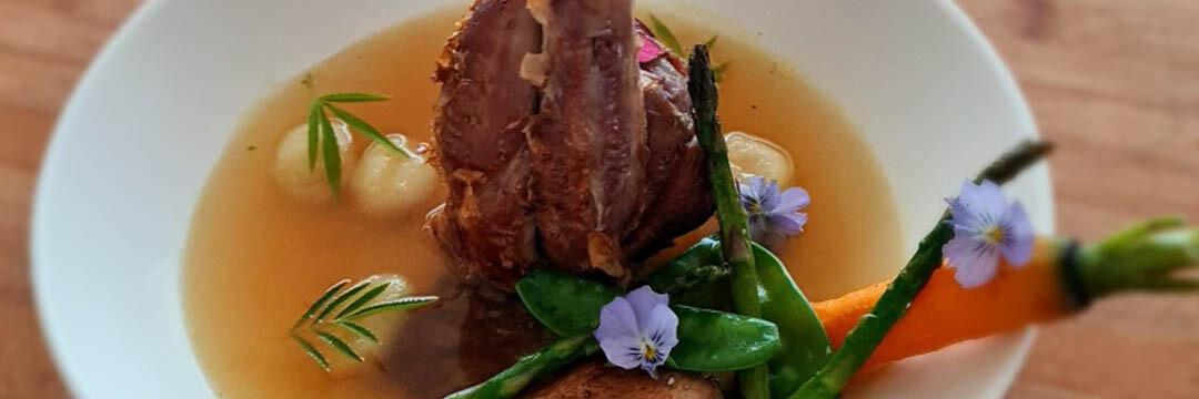 Lamsmuis in heldere bouillon met jonge groentjes en gnocchi