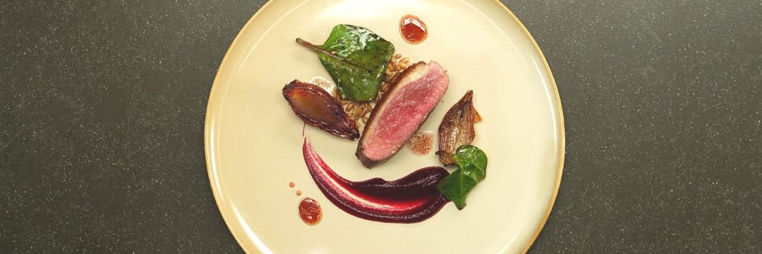 Magret de canard, betterave rouge, échalotes et épeautre