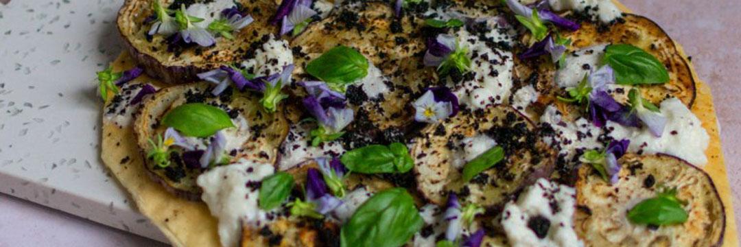Pizza bianca met tijgeraubergine, bufala en poeder van zwarte olijven