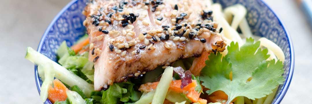 Saumon mi-cuit au sésame, salade asiatique