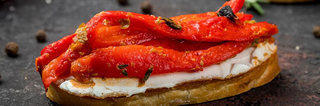 Toast met aubergine, paprika en verse geitenkaas