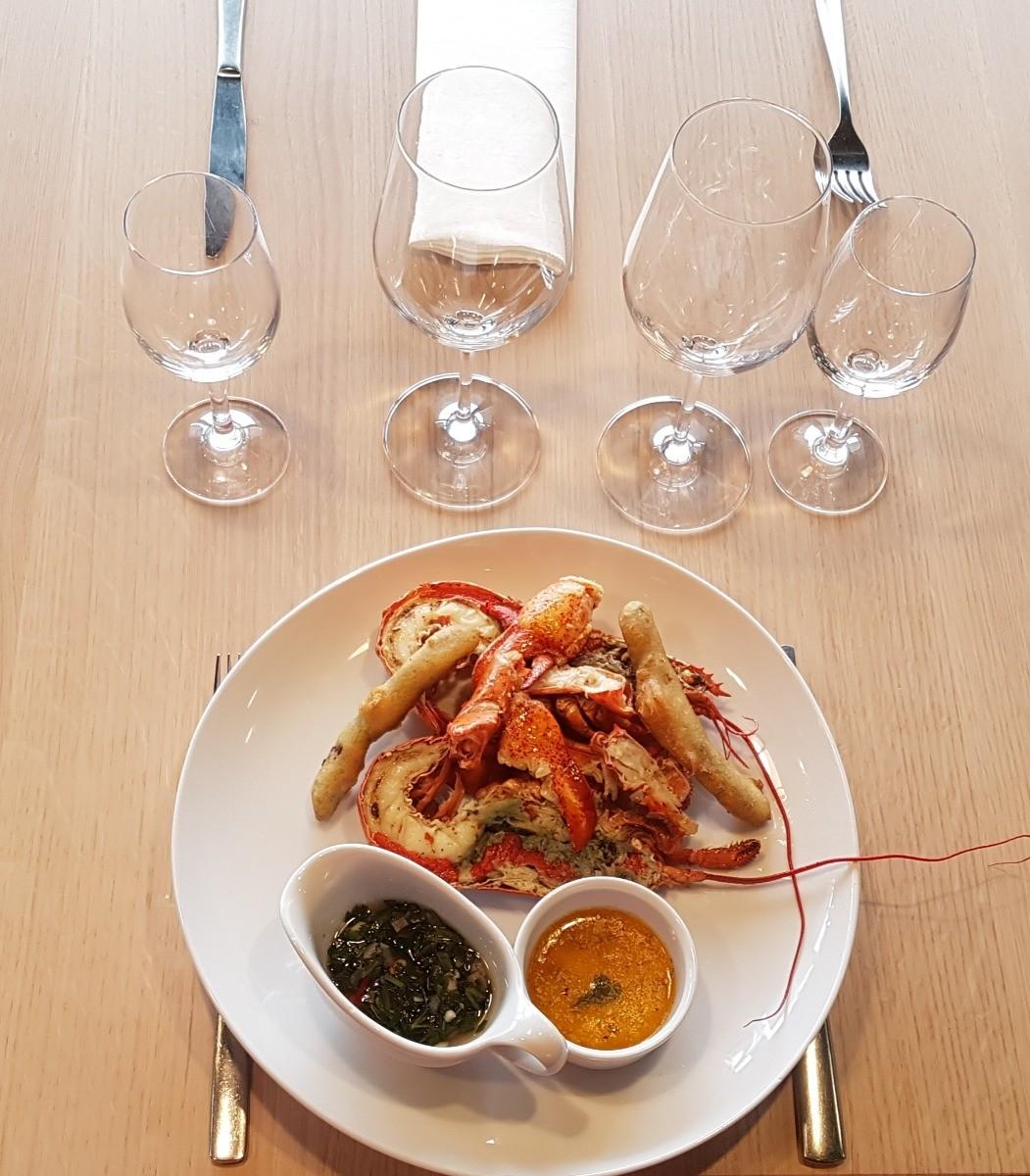 baby homard avec asperges sur table dressée